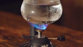 Sluit omhoog van het voorbereiden van koffie in alternatief vacuümkoffiezetapparaat stock videobeelden