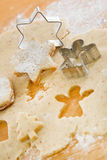 Sluit omhoog van het voorbereiden van peperkoekkoekjes op Kerstmis royalty-vrije stock afbeelding