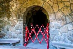 Sluit omhoog van het vouwen van omheining of rode en witte vouwende barrière Geen ingang of passage zijn gesloten stock afbeelding