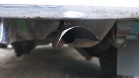 Sluit omhoog van het vrijgeven van uitlaatdampen in de lucht van pijp van oude retro auto Verontreiniging en milieuschadeconcept stock footage