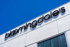 Sluit omhoog van het warenhuisembleem van Bloomingdale ` s stock foto