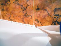 Sluit omhoog van het waterdicht maken van badbuis royalty-vrije stock afbeeldingen