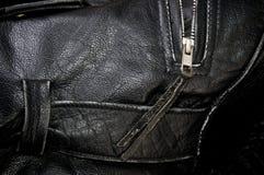 Sluit omhoog van het zwarte jasje van de leerpolitie stock afbeelding