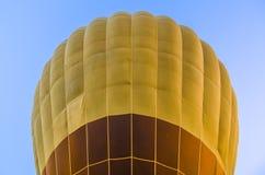 Sluit omhoog van hete luchtballon op blauwe hemel Royalty-vrije Stock Afbeeldingen