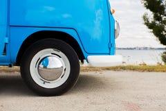 Sluit omhoog van hippie minivan auto bij kust Royalty-vrije Stock Afbeelding