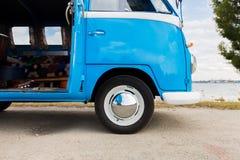 Sluit omhoog van hippie minivan auto bij kust Stock Afbeeldingen