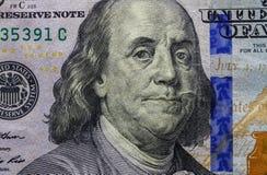 Sluit omhoog van honderd dollarbankbiljet die portret van Benjamin Franklin tonen stock fotografie