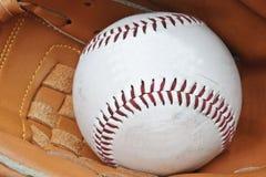 Sluit omhoog van honkbal in mitt van de vanger Stock Afbeeldingen