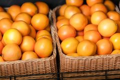 Sluit omhoog van hoop van sinaasappelen stock foto's