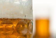 Sluit omhoog van horizontale biermok Stock Afbeeldingen
