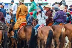 Sluit omhoog van horseback toeschouwers die Nadaam-op paardenkoers letten Royalty-vrije Stock Fotografie