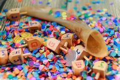 Sluit omhoog van hout dreidels en chocolademuntstukken voor Chanoekaviering Kappen na woorden royalty-vrije stock foto's