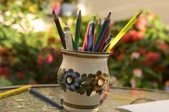 Sluit omhoog van houten kleurrijke potloden, groep verspreide kleurpotloden, isoleer od witte achtergrond stock foto