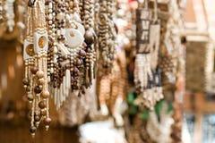 Sluit omhoog van houten met de hand gemaakte juwelen Stock Afbeeldingen