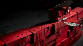 Sluit omhoog van industriële metselaar die cementbakstenen installeren op darcruimte voorraad Concept zelfontplooiing creëer royalty-vrije stock afbeeldingen