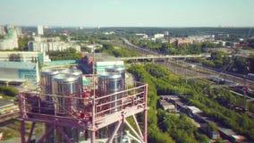 Sluit omhoog van industriële pijpen van de productie van de olieindustrie voorraad Sluit omhoog buiten sterke metaalstructuur van stock footage