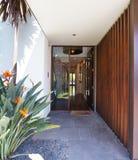 Sluit omhoog van ingang het bedekken en het huis van de voordeurluxe stock afbeelding