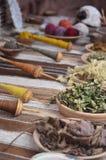 Sluit omhoog van inheemse vervende en wevende instrumenten in Peru stock foto's