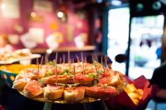Sluit omhoog van Italiaans stijl gelukkig uur met Italiaans voedsel en tapas boven lijst binnen van bar voor jongeren stock foto