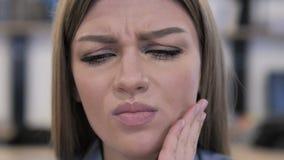 Sluit omhoog van Jong Meisjesgezicht met Tandpijn stock video
