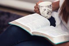Sluit omhoog van Jonge Dame Studying Her Bible royalty-vrije stock afbeelding