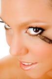 Sluit omhoog van jonge vrouw die make-up krijgt royalty-vrije stock foto