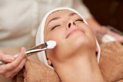 Sluit omhoog van jonge vrouw en cosmetologist in kuuroord Stock Fotografie