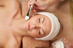 Sluit omhoog van jonge vrouw en cosmetologist in kuuroord Royalty-vrije Stock Foto