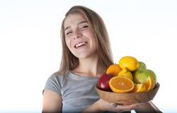 Sluit omhoog van jonge vrouw wat een houten kom met vruchten houdt: appelen, sinaasappelen, citroen Vitaminen en het gezonde eten Royalty-vrije Stock Afbeelding