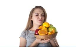 Sluit omhoog van jonge vrouw wat een houten kom met vruchten houdt: appelen, sinaasappelen, citroen Vitaminen en het gezonde eten Stock Afbeelding