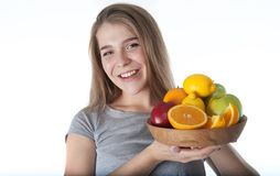 Sluit omhoog van jonge vrouw wat een houten kom met vruchten houdt: appelen, sinaasappelen, citroen Vitaminen en het gezonde eten Stock Fotografie
