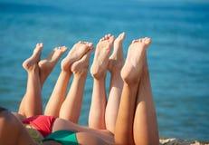 Sluit omhoog van jonge vrouwen liggend op strand Royalty-vrije Stock Foto