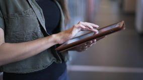 Sluit omhoog van jonge vrouwens handen gebruikend tablet stock video