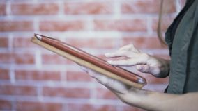 Sluit omhoog van jonge vrouwens handen gebruikend tabletcomputer stock video