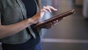 Sluit omhoog van jonge vrouwens handen uitputtend tablet, schuine stand stock footage