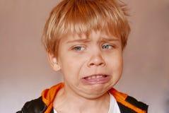 Sluit omhoog van jongen die een weerzinwekkende gelaatsuitdrukking maken Royalty-vrije Stock Foto's