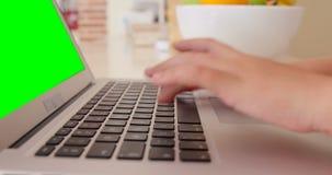 Sluit omhoog van jongen gebruikend laptop stock footage