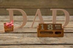 Sluit omhoog van kalender met papatekst op lijst Stock Foto