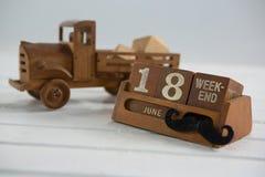 Sluit omhoog van kalender met stuk speelgoed vrachtwagen op lijst Royalty-vrije Stock Fotografie