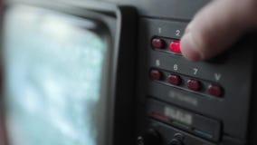 Sluit omhoog van kanaal inschakelend een oude TV stock footage