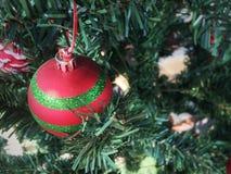 Sluit omhoog van Kerstboom met de doos van de decoratiegift stock foto's