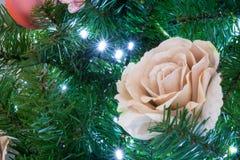 Sluit omhoog van Kerstboomdecoratie met Gouden en Wit FL Royalty-vrije Stock Afbeeldingen