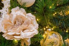 Sluit omhoog van Kerstboomdecoratie met Gouden en Witte Stroom Stock Fotografie