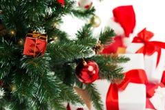 Sluit omhoog van Kerstmisboom en stelt voor Royalty-vrije Stock Afbeelding