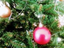 Sluit omhoog van Kerstmisboom met twee snuisterijen Royalty-vrije Stock Afbeeldingen