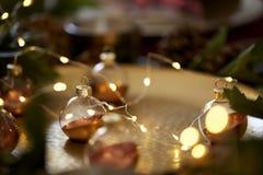 Sluit omhoog van Kerstmissnuisterijen op een gouden lijst met warme gloed, selectieve nadruk stock foto