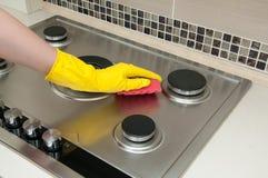 Sluit omhoog van keuken van het vrouwen de schoonmakende kooktoestel thuis Royalty-vrije Stock Fotografie