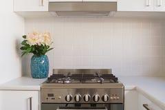 Sluit omhoog van keukenoven en betegeld splashback royalty-vrije stock afbeelding