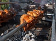 Sluit omhoog van kippenvleespennen op de grill royalty-vrije stock afbeelding