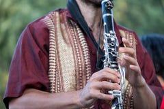 Sluit omhoog van klarinetspeler het spelen bij een Klezmer-overleg van Joodse fusiemuziek in Regent` s Park in Londen royalty-vrije stock fotografie